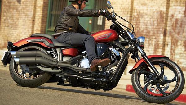 2014-Yamaha-XVS1300-Custom-EU-Liquid-Copper-Action-002
