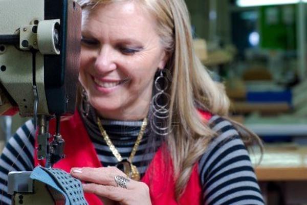 cuero-de-costura-de-trabajadora-en-una-fabrica-de-calzado