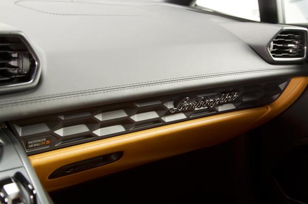 2015-Lamborghini-Huracan-dashboard