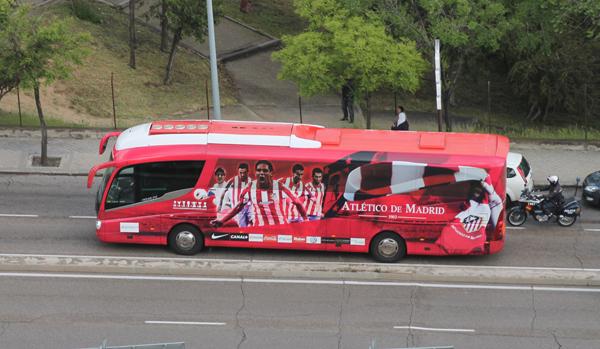 Autobús_del_Atlético_de_Madrid_(Madrid)_01