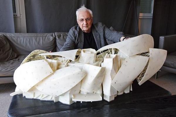 Gehry con la maqueta LV Foundation