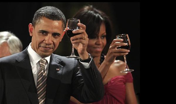 obama_bebe_vino_tinto