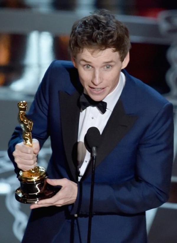 eddie-redmayne-se-alza-con-el-premio-de-mejor-actor-en-los-oscar-2015
