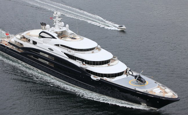 helicopter-on-yacht-serene
