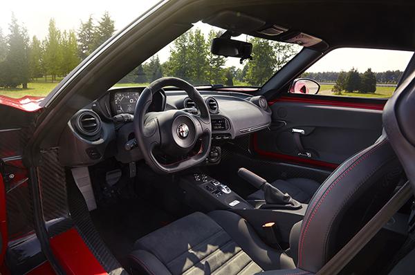 2014-Alfa-Romeo-4C-front-interior