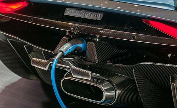 2016-Koenigsegg-Regera-charging
