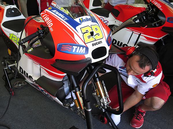 BLOG DE EMILIO LAS ALAS DE DUCATI La Ducati GP15 del italiano Andrea Iannone con cuatro alerones, dos en la cúpula y dos en el carenado. FOTO: MIRCO LAZZARI