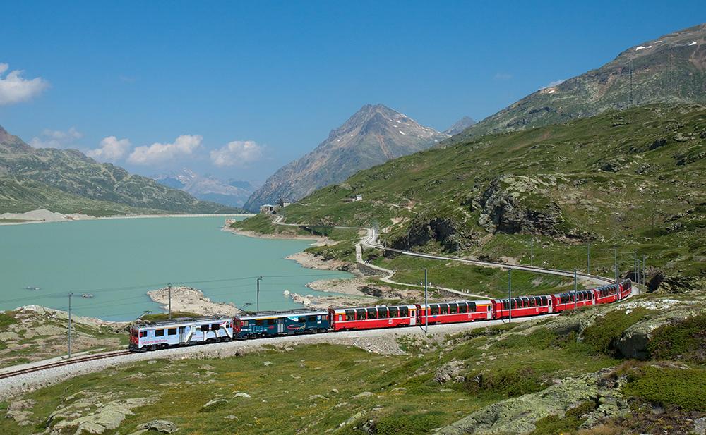 El famoso tren de lujo suizo Glacier Express que cruza los Alpes